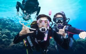 women-scuba-divers-underwater-padi